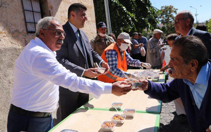 Uçhisar Belediyesi, aşure ikramında bulundu.